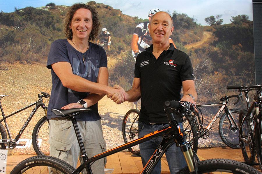Winnaar Bikefreak-TESTfestival ontvangt zijn prijs