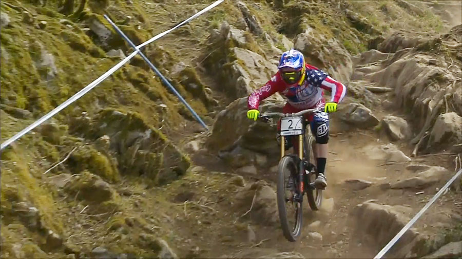 Aaron Gwin op de eerste plaats in Lourdes