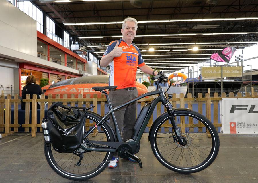 Thomas Acda beklimt de Mont Ventoux tijdens Tour du ALS met e-bike van Flyer