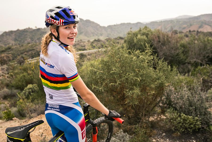 Wereldkampioen Laura Stigger onder contract bij Specialized